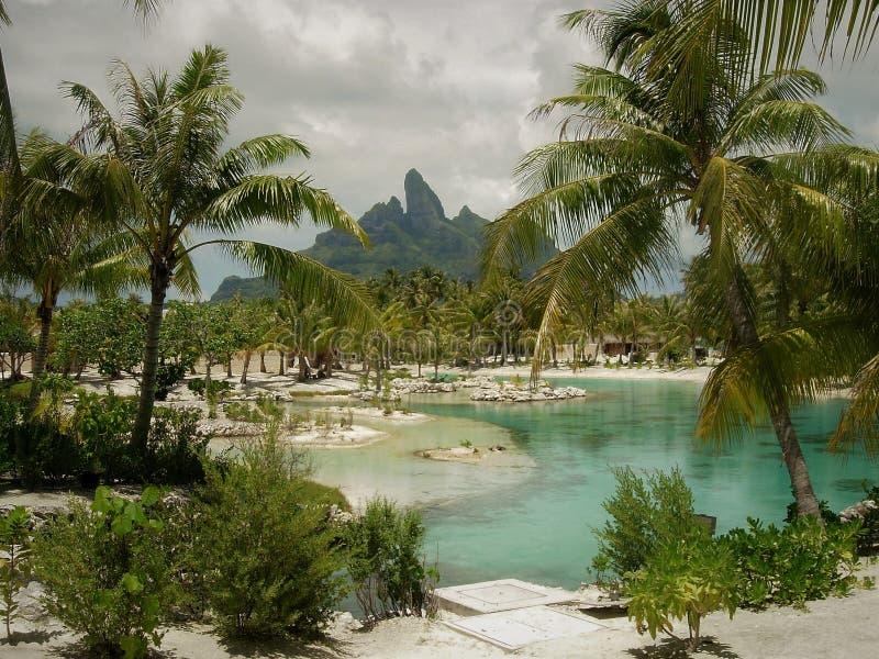 Laguna della località di soggiorno di Tahitian con il Mt Otemanu in bOra di Bora del fondo immagine stock libera da diritti