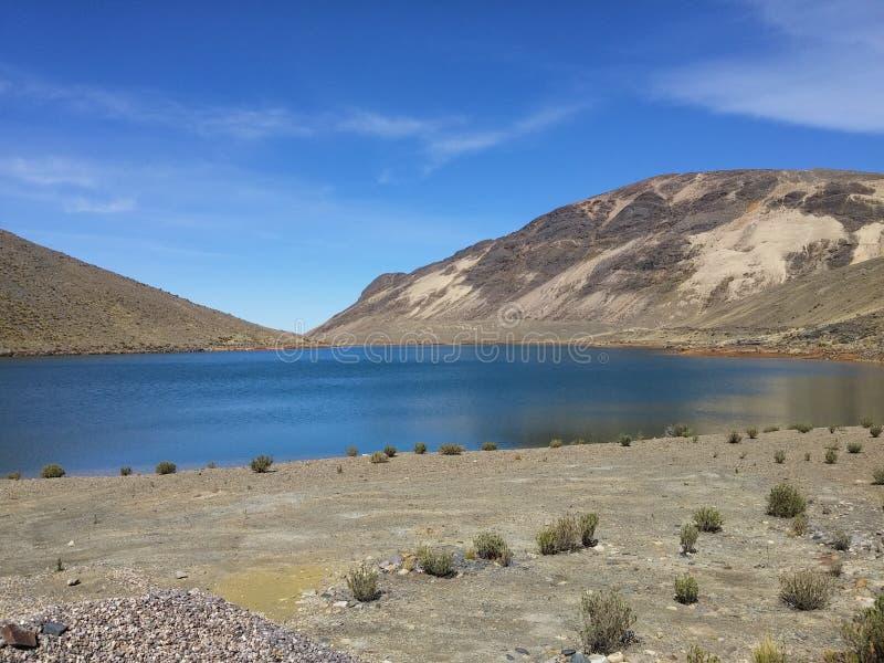 Laguna en los Andes de Perú foto de archivo