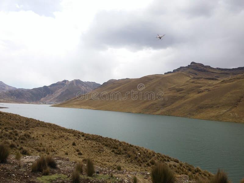 Laguna en los Andes de Perú imágenes de archivo libres de regalías