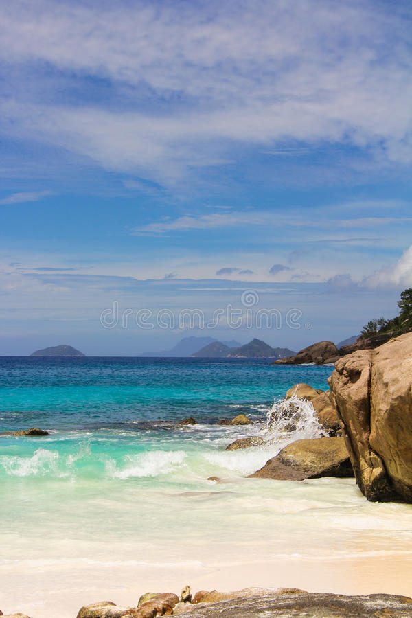 Laguna exótica de la turquesa entre las rocas lisas grandes fotos de archivo