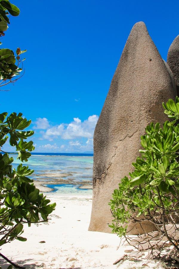 Laguna exótica entre las rocas lisas grandes en fotografía de archivo libre de regalías