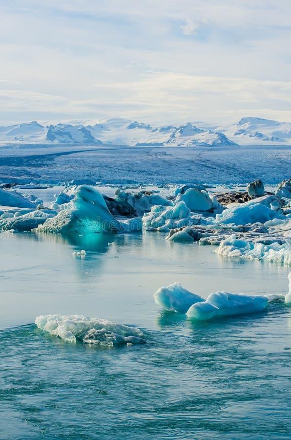 Laguna glacial del hielo del río en Jokulsarlon Islandia imagenes de archivo