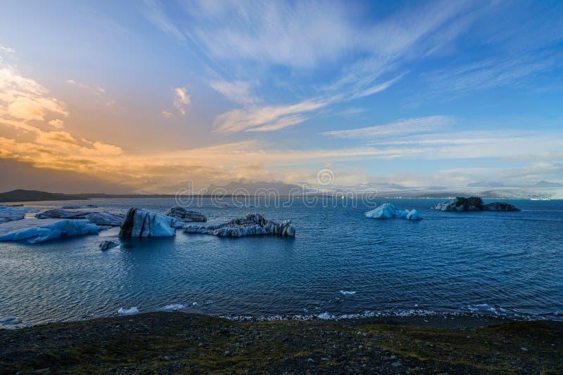 Laguna glaciale di Jokulsarlon con fare galleggiare iceberg blu, Islanda immagine stock