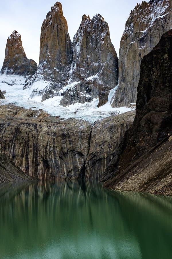 Laguna incroyable Torres, trois crêtes de granit dans la pièce de Patagonia de Torres del Paine, parc national, Chili photographie stock