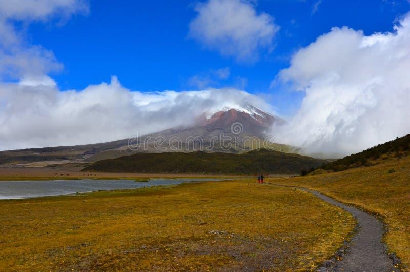 Laguna Limpiopungo et Cotopaxi par des nuages, Equateur photographie stock