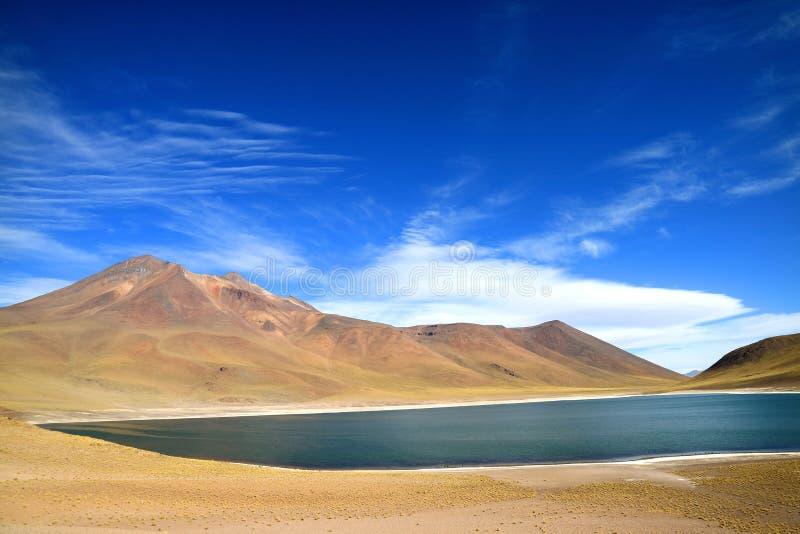 Laguna Miniques ou lago Miniques com o vulcão no contexto, região de Cerro Miscanti de Antofagasta do Chile do norte fotografia de stock