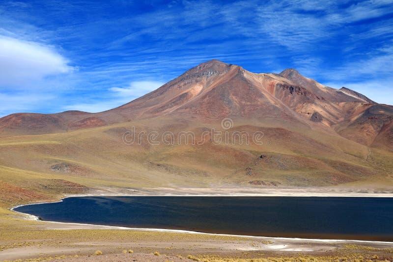 Laguna Miniques, uma da lagoa azul surpreendente situada no altiplano da região de Antofagasta, o Chile do norte fotos de stock royalty free