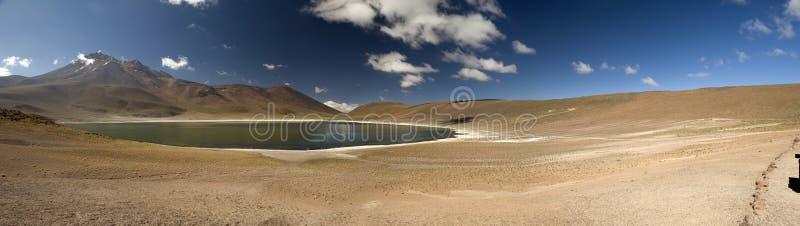 Laguna Miscanti en las altas montañas de los Andes en el Atacama Deser fotos de archivo libres de regalías