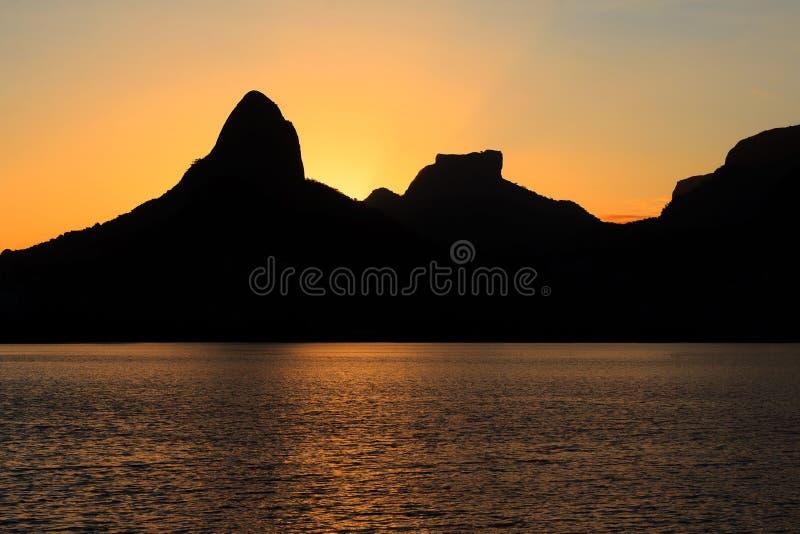 Laguna Rodrigo de Freitas (Lagoa), montaña, Rio de Janei de la puesta del sol imagen de archivo libre de regalías