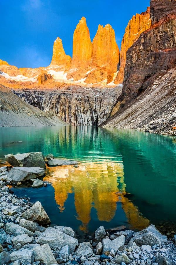 Laguna torres med tornen på solnedgången, Torres del Paine nationalpark, Patagonia, Chile arkivbilder