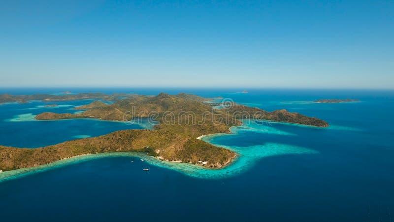 Laguna tropical de la visión aérea, mar, playa Isla tropical Coron, Palawan, Filipinas fotos de archivo libres de regalías