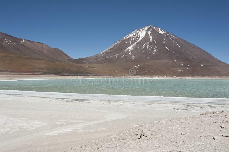 Laguna Verde é um lago de sal altamente concentrado situado no parque de Eduardo Avaroa Andean Fauna National fotos de stock royalty free