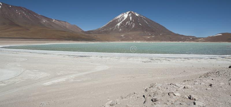 Laguna Verde é um lago de sal altamente concentrado situado no parque de Eduardo Avaroa Andean Fauna National fotos de stock