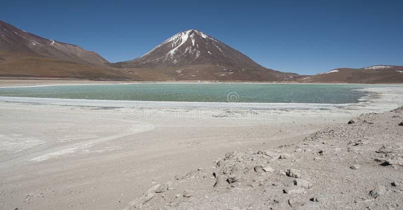 Laguna Verde é um lago de sal altamente concentrado situado no parque de Eduardo Avaroa Andean Fauna National fotografia de stock royalty free