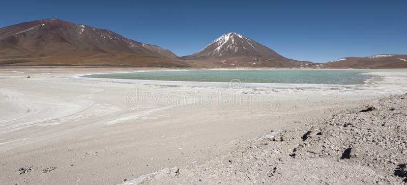 Laguna Verde é um lago de sal altamente concentrado situado no parque de Eduardo Avaroa Andean Fauna National imagem de stock