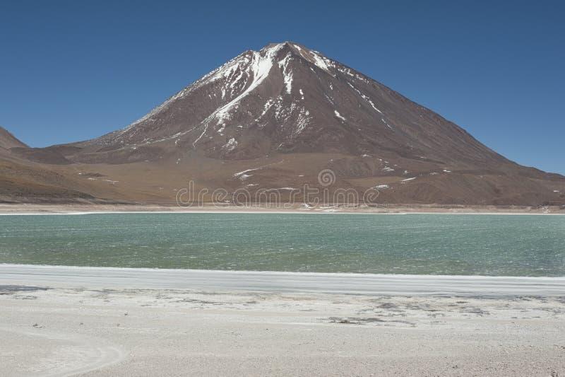 Laguna Verde é um lago de sal altamente concentrado situado no parque de Eduardo Avaroa Andean Fauna National imagens de stock royalty free