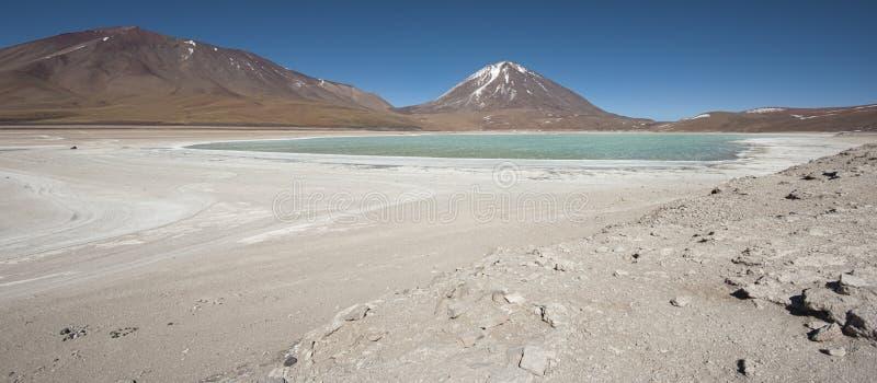 Laguna Verde é um lago de sal altamente concentrado situado no parque de Eduardo Avaroa Andean Fauna National fotografia de stock