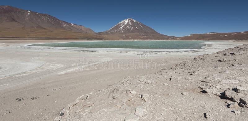 Laguna Verde é um lago de sal altamente concentrado situado no parque de Eduardo Avaroa Andean Fauna National foto de stock