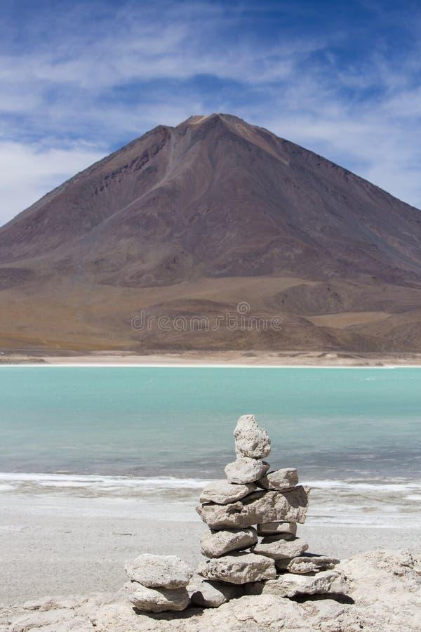 Laguna Verde con cielo blu ed il mucchio delle pietre, Bolivia fotografia stock libera da diritti