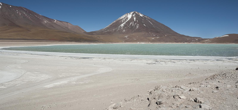 Laguna Verde est un lac de sel fortement concentré situé dans le parc d'Eduardo Avaroa Andean Fauna National photos stock