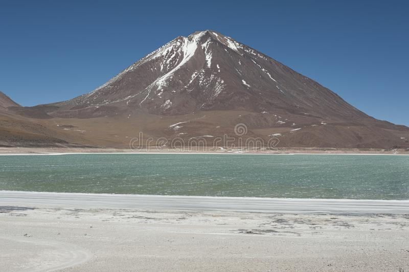 Laguna Verde est un lac de sel fortement concentré situé dans le parc d'Eduardo Avaroa Andean Fauna National images libres de droits