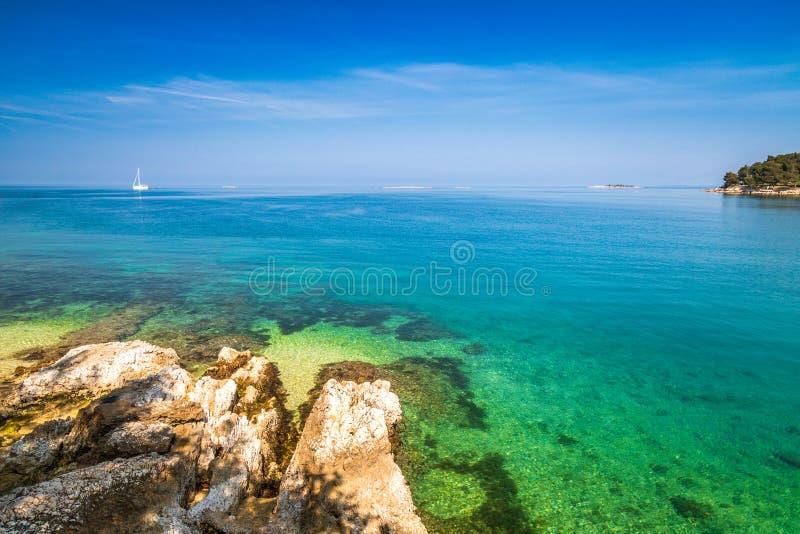 Laguna verde sul mare Adriatico nei pressi della città di Porec, Croazia immagine stock libera da diritti