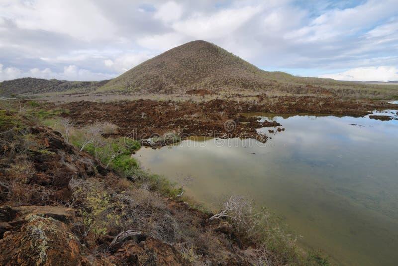 Laguna y montaña del flamenco en la isla de Floreana imagen de archivo libre de regalías