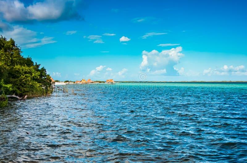 Lagune Bacalar au Mexique, péninsule du Yucatan dans le coucher du soleil photo libre de droits