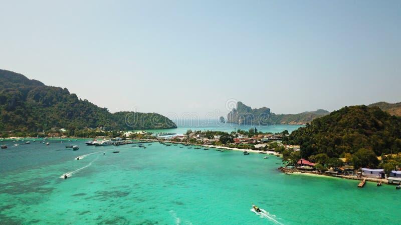 Lagune bleue Baie avec la mer claire ?le verte avec des palmiers, Paradise Longueur de bourdon image stock