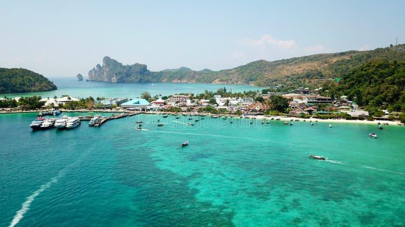 Lagune bleue Baie avec la mer claire ?le verte avec des palmiers, Paradise Longueur de bourdon images libres de droits