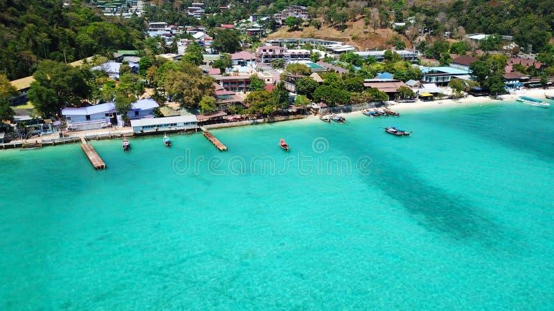 Lagune bleue Baie avec la mer claire ?le verte avec des palmiers, Paradise Longueur de bourdon image libre de droits