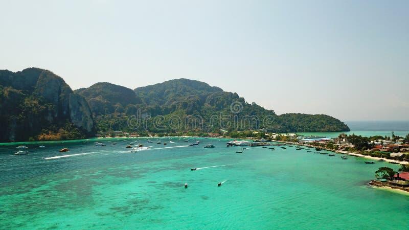 Lagune bleue Baie avec la mer claire ?le verte avec des palmiers, Paradise Longueur de bourdon images stock