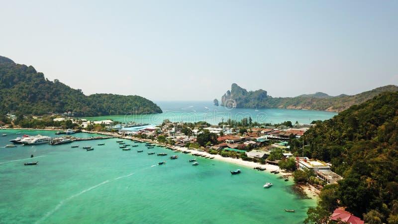 Lagune bleue Baie avec la mer claire ?le verte avec des palmiers, Paradise Longueur de bourdon photos libres de droits