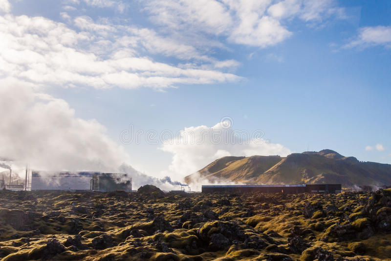 Lagune bleue - station thermale islandaise célèbre et centrale géothermique photos stock