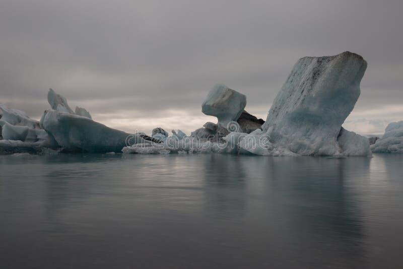 Lagune de glacier de l'Islande avec les icebergs de glace de fonte image libre de droits