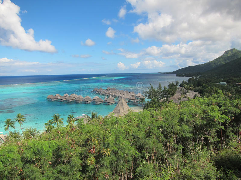 Lagune de turquoise dans le moorea photographie stock
