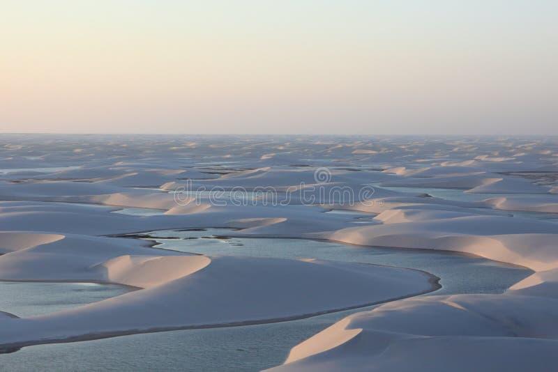 Lagune in een woestijn stock afbeelding