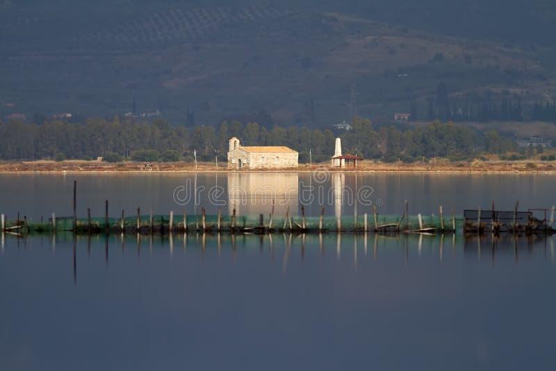 Lagune et église de Mesologgi photo stock