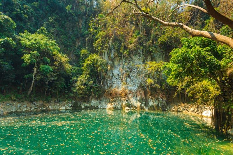 Lagune merveilleuse de cratère en Thaïlande, lampang de lagune de keaw d'unité centrale de lom photos stock