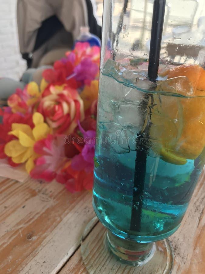 Lagune rose de bleu de cocktail de fraise de désert de vacances de fruit photographie stock libre de droits