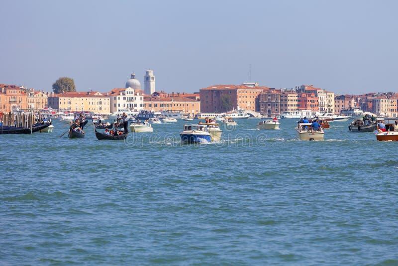 Lagune vénitienne, différents types de bateaux, circulation dense, Venise, Italie image stock