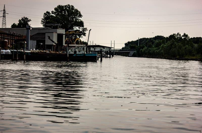 Lagunelandschap waar de rivieren en de lagunes samenkomen Achtergrond royalty-vrije stock afbeeldingen