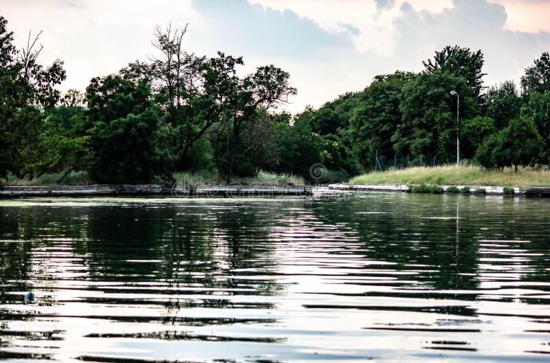 Lagunelandschap waar de rivieren en de lagunes samenkomen Achtergrond royalty-vrije stock afbeelding