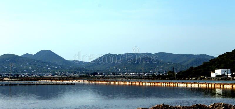 Lagunes waar het zout in Ibiza, de Balearen, Spanje wordt geproduceerd stock fotografie
