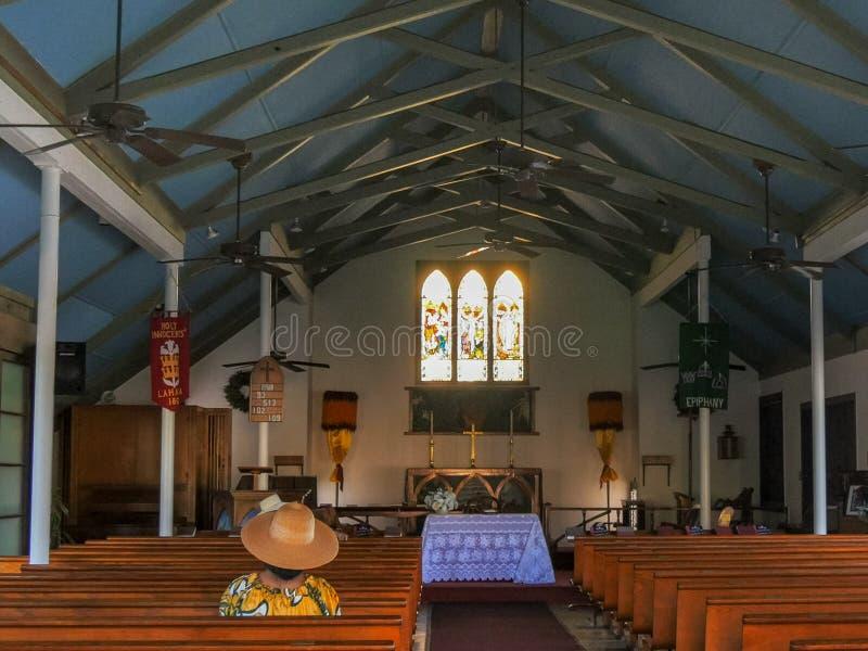 LAHAINA, STATI UNITI D'AMERICA - 7 GENNAIO 2015: il credente si siede in un banco di chiesa all'interno della chiesa santa degli  fotografie stock