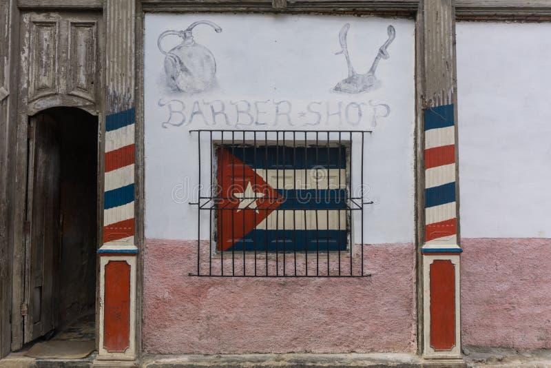 Lahavannacigarr, Kuba, Januari 9, 2017: den kubanska barberaren shoppar från utomhus royaltyfri bild