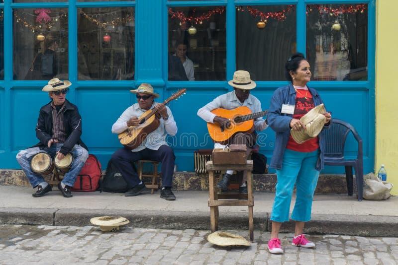 Lahavannacigarr, Kuba, Januari 09, 2017: kubansk musikgrupp på gatan arkivfoto