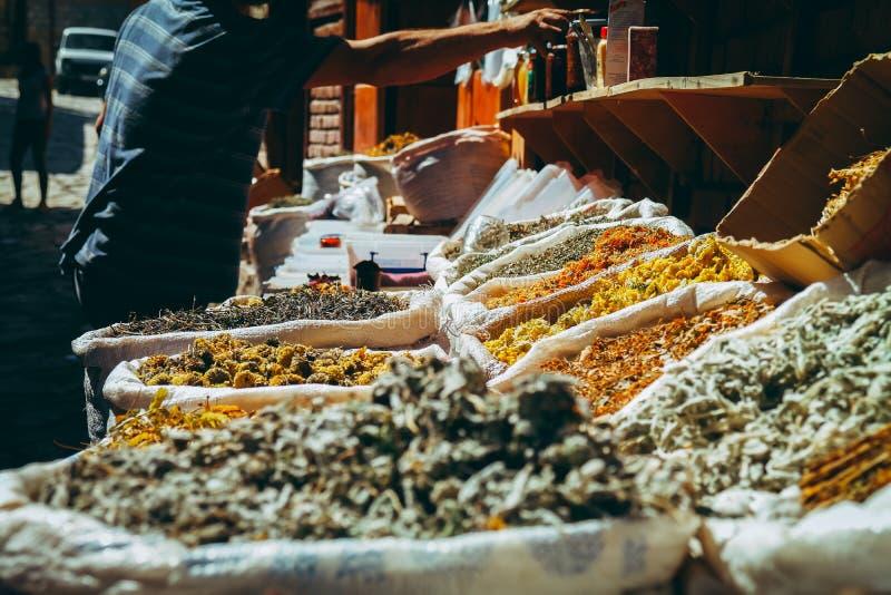 Lahic, Αζερμπαϊτζάν - 17 Σεπτεμβρίου 2017: Διάφορα καρυκεύματα στους σάκους στην πώληση στο χωριό bazaar στοκ εικόνες