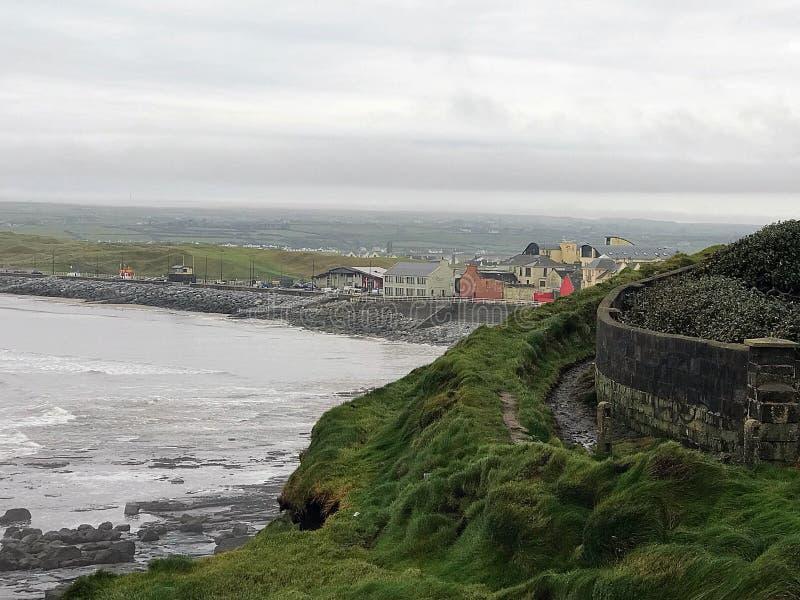 Lahinch, Co秀丽  在Ballyvaughan, Co.Clare,爱尔兰附近的大西洋海岸线 库存图片