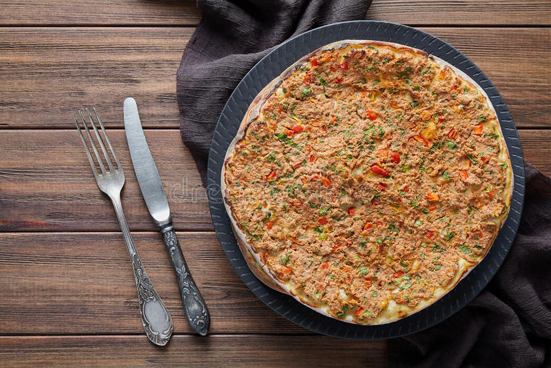 Lahmacun传统土耳其可口亚美尼亚薄饼用剁碎的牛肉或羊羔肉 库存照片